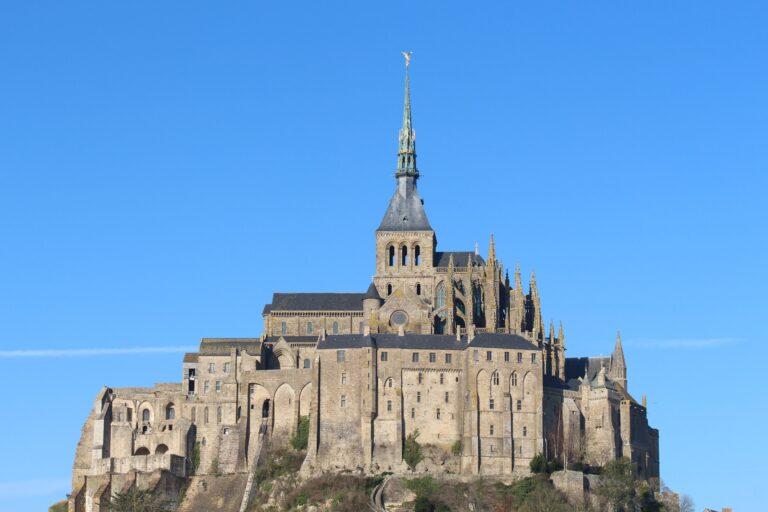 Slot under blå himmel
