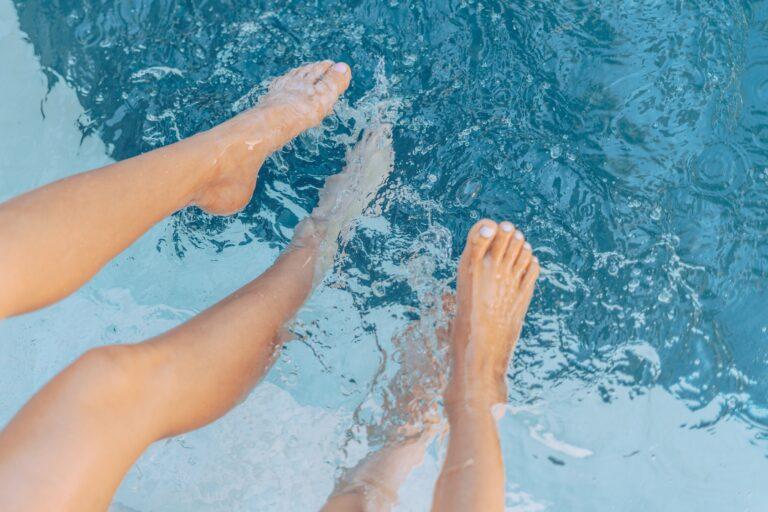 fødder i poolen